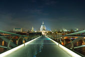 Night shot of the millennium bridge over the river Thames in Lon — Stock Photo