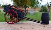 Botti e vecchio carrello — Foto Stock