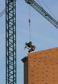 Míchačka na beton zavěšena na jeřábu — Stock fotografie