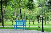Niebieski ławki w ogrodzie — Zdjęcie stockowe