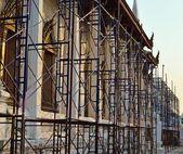 Renovación de la iglesia antigua con andamios, tailandia — Foto de Stock