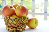 在篮子里的苹果 — 图库照片