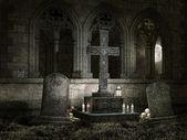 Ancienne chapelle avec des bougies dans la nuit — Photo