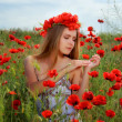 Girl walking in poppy field — Lizenzfreies Foto