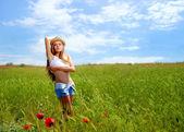 Dívka v makovém poli — Stock fotografie