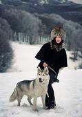 狗在雪地里的女人 — 图库照片