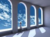 大きな窓の前に座っている女性 — ストック写真