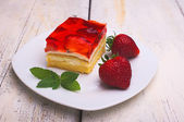 Cake with strawberries and strawberry jelly — Stock Photo