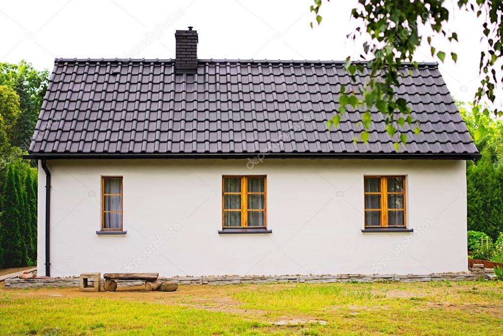 vieille maison blanche avec des fen tres en bois photo 27425355. Black Bedroom Furniture Sets. Home Design Ideas