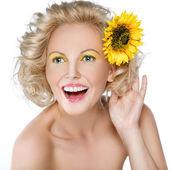 Belle femme avec une fleur dans les cheveux — Photo