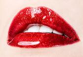 Bella donna con labbra rosse lucide closeup — Foto Stock