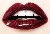 Krásné červené lesklé rty zblízka — Stock fotografie