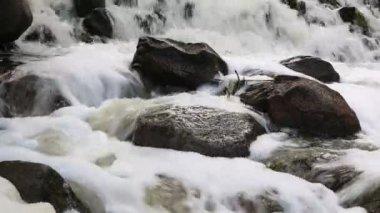 Skummande vatten bland stenar — Stockvideo