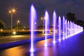 Bw winter lakela fuente iluminada en la noche — Foto de Stock