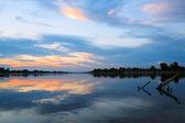 Pôr do sol sobre o rio — Fotografia Stock