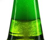 Grön flaska öl och gas bubblor — Stockfoto