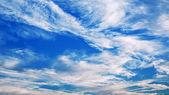 Blauwe lucht met prachtige wolken — Stockfoto