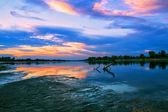 Hermosa puesta de sol sobre el río — Foto de Stock