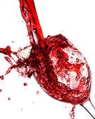 Rosso vino versato nel bicchiere di vino — Foto Stock