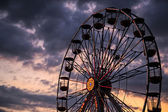 Ferris wheel on the background of sky at dusk — Stock Photo