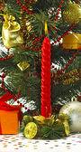 Imagen de una vela ardiente cerca de un árbol de navidad — Foto de Stock