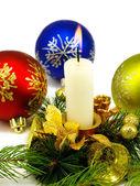 Image isolé de bougies de noël et boules de noël sur fond blanc — Photo