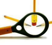 Einzelnes Bild von Bleistift und Lupe auf einem weißen Hintergrund — Stockfoto