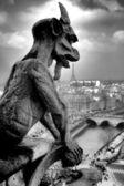 Gargoyle eten tour eiffel — Stockfoto