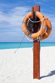Maldiv adaları'nda beyaz bir plajda uyarı işareti — Stok fotoğraf