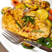 Grilled chicken breast with vegetables — Stok fotoğraf