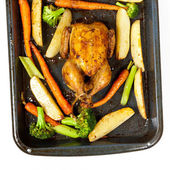 Roasted chicken and vegetables — Stock Photo