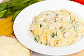 Chicken fettuccine alfredo with spinach — Stock Photo
