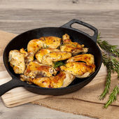 Frying pan with chicken, garlic and rosemary — Stock Photo
