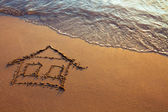 Casa pintada en la arena — Foto de Stock