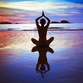 在海滩上瑜伽 — 图库照片