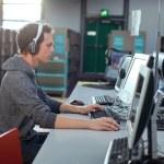 student pracuje na počítači v knihovně — Stock fotografie