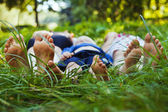 Family relaxing on the grass — Stockfoto