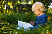 Pojke läser bok — Stockfoto