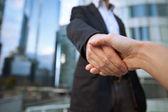 Dvě roztřesené ruce navzájem pozdrav — Stock fotografie