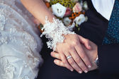 Wedding ring and lace bridal gloves — Stockfoto