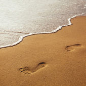 Footprints on the beach — 图库照片
