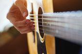 Hrál na akustickou kytaru — Stock fotografie