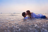 Couple kissing in the water — Stock fotografie