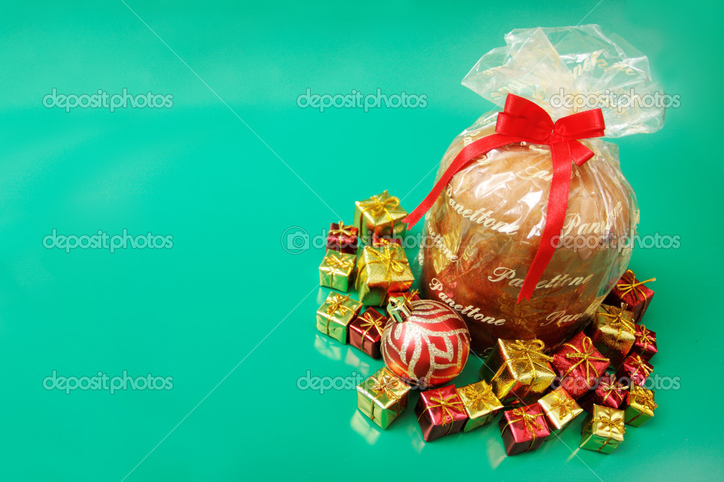 Panettone on green background — Stock Photo #13361928
