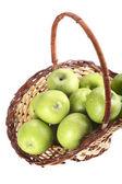 Isolato cesto di mele verdi — Foto Stock