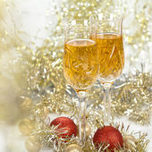 Wine in glasses with christmas decorations and sparkling bokeh — Stock Photo