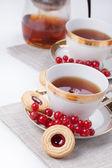 чаепитие для двоих на льняной салфетке на белом фоне — Стоковое фото