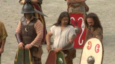 Bir reenactment romalılar ve cottians arasındaki savaş sırasında roma ve galya asker — Stok video