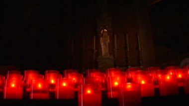 Prayer candles in church — Stockvideo
