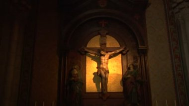 Crucifix and red prayer candle — Stockvideo